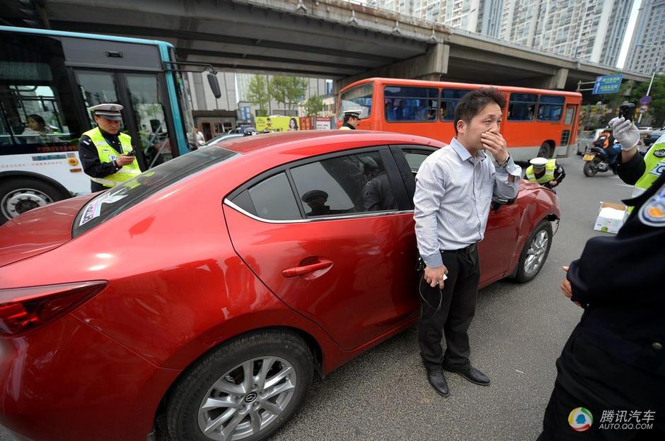 女司机连撞4车图片