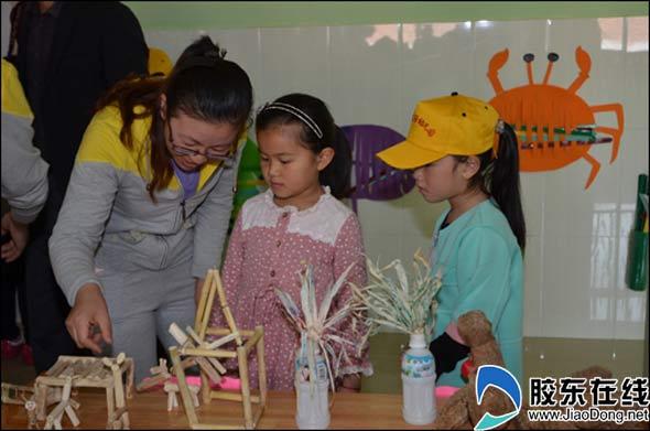 实验幼儿园的孩子动作娴熟地烤着肉串