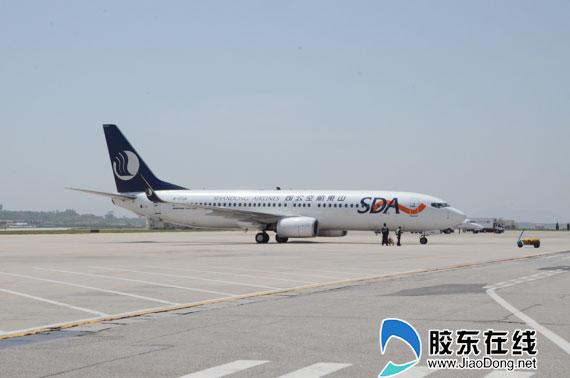 """胶东在线5月14日讯(记者 李婷婷 通讯员 田南阳)5月28日,烟台蓬莱国际机场正式启用,启用后航班时刻不变,旅客可继续参照执行,机场转场后电话前三位变为""""513"""",前期原号码仍可使用。   根据时刻表,28日开航当天始发航班将超过60个,其中8点前起飞的早班航班主要有前往南京、桂林、济南、昆明、北京、上海、武汉、贵阳等地,旅客可参照现在的航班时刻表,并根据自己的行程单安排出行。   对于市民较关心的机场对外联系电话,记者从机场获悉,目前机场电话前三位已由""""629"""