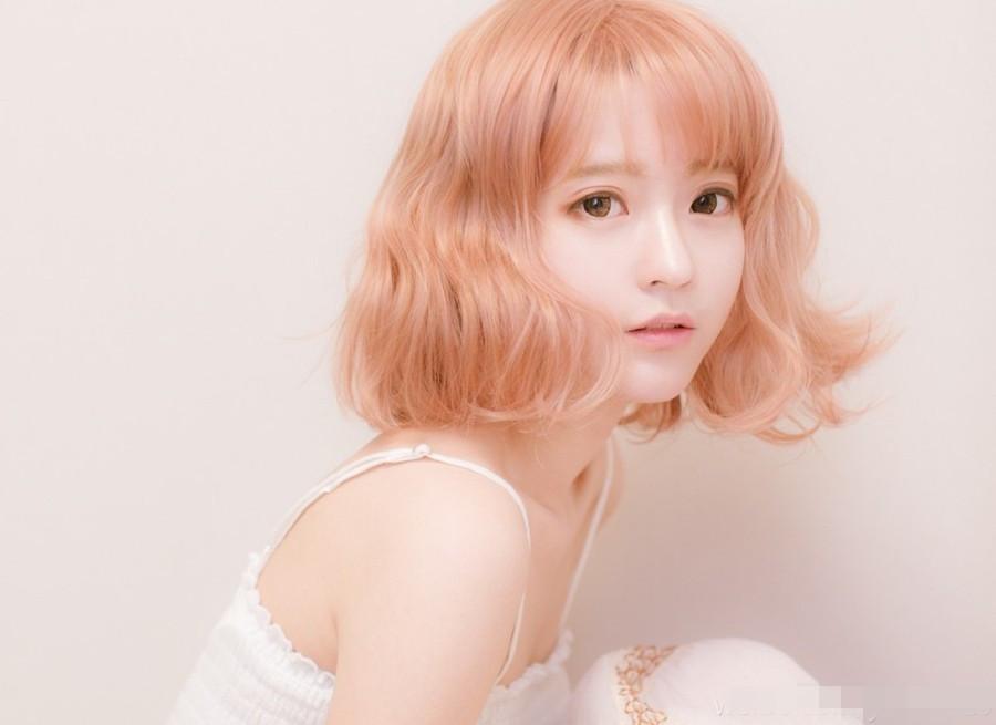 """黑色短发的yurisa清新自然。   韩国模特yurisa近期在微博上更新了一组新照。照片中的短发造型引起了网友的热烈反响。这组照片中,yurisa的金色短发娇俏甜美,而黑色短发则散发清纯魅力。网友们纷纷留言:""""颜好任性!""""""""怎样都好看!""""   这位1995年出生的韩国美少女因喜爱Lolita fashion,从2014年6月开始登上日本杂志,成为该品牌模特,并由此展开了一系列活动。近期,yurisa在微博上频繁更新自己的近照,不少网友直呼:"""""""