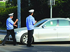 视频民声:盼交警整治人行道违法停车行为
