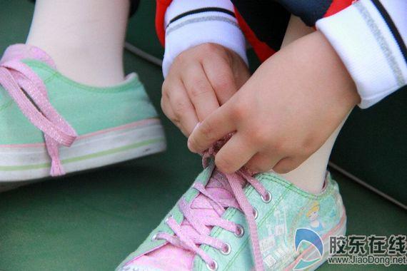"""51名学生仅5人会系鞋带 家长包办致孩子""""失能""""图片"""