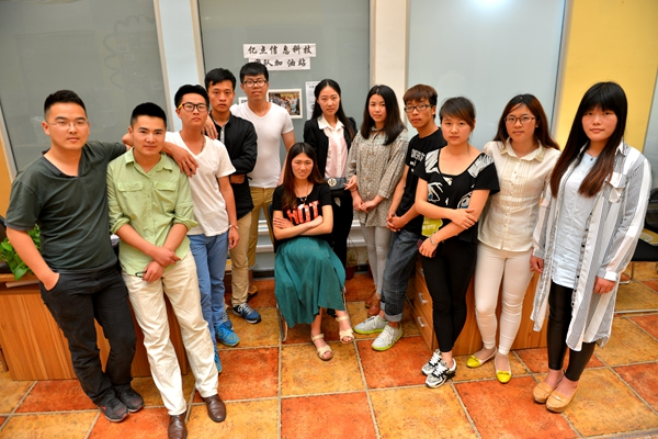 朱雪熔和她的创业团队,由来自青岛科技大学的一群90后小鲜肉组成图片