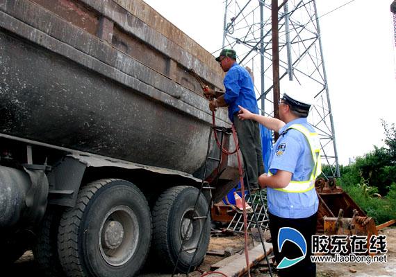 烟台交警查非法改装大货 荷载1.6吨竟拉13吨沙 高清图片