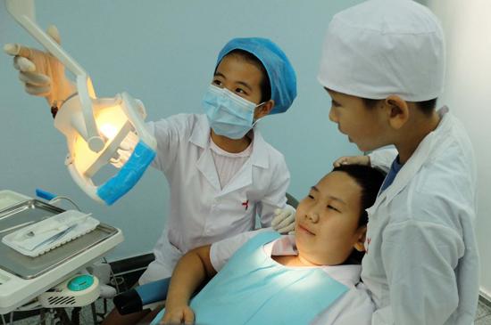 【参与年龄】5-10岁   【活动流程】   08:40丨 签到:塔山景区检票处,没有塔山通行卡的家长请自备50元零钱押金,出景区即可退还。仅限一名大人和一名儿童免费进入。   09:00丨 活动准备:为每个到场的小朋友穿上牙医的白大褂,准备体验小牙医。 分组进行:一组体验小牙医,一组制作彩泥   09:10丨 小牙医闪亮登场:专业医生以及护士带领小朋友进入诊室,讲解一名齿科医生每天的工作内容,并邀请小朋友做牙医,父母当病号。在医生的指导下小牙医为父母进行牙齿检查。   09:10丨 创意牙齿制作大赛(