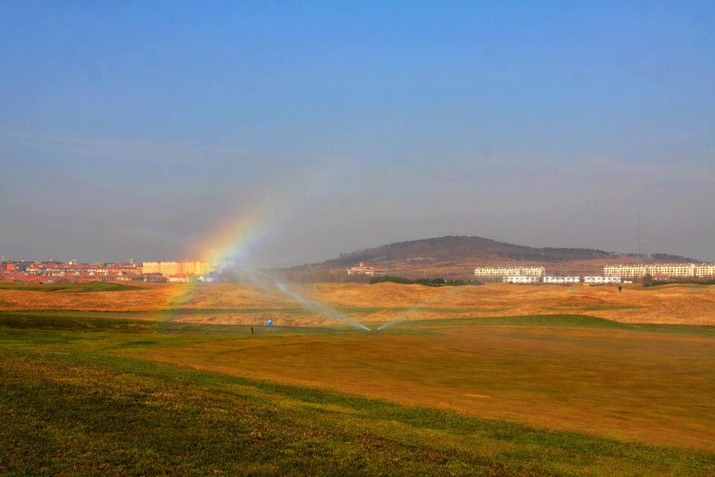 高尔夫绿茵场上升腾的彩虹