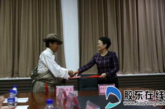 胶东在线消息10月26日上午,以西藏日喀则人大副主任、聂拉木县委书记王平为团长的西藏聂拉木县党政代表团访问烟台,考察了烟台二中新校区,签订了两地教育支援合作协议。市委副秘书长由如林、市委教育工委副书记徐丽珍、烟台二中校长王德清等领导出席活动。   在考察烟台二中新校区期间,代表团看望了在烟台二中学习的10名西藏学生代表,并亲切地进行了交流。参观了学校体育馆、学生宿舍、教室等,详细了解了学生学习、生活情况。随后,召开座谈会,徐丽珍副书记介绍了烟台教育发展情况,王德清校长介绍了西藏学生在烟台二中学习生活情