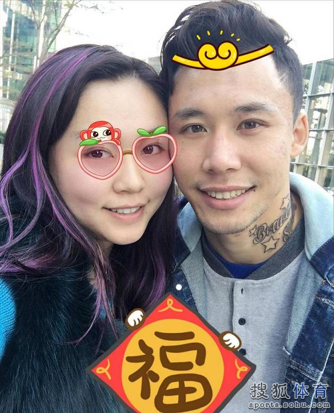 张琳芃与妻子晒甜蜜照秀恩爱.