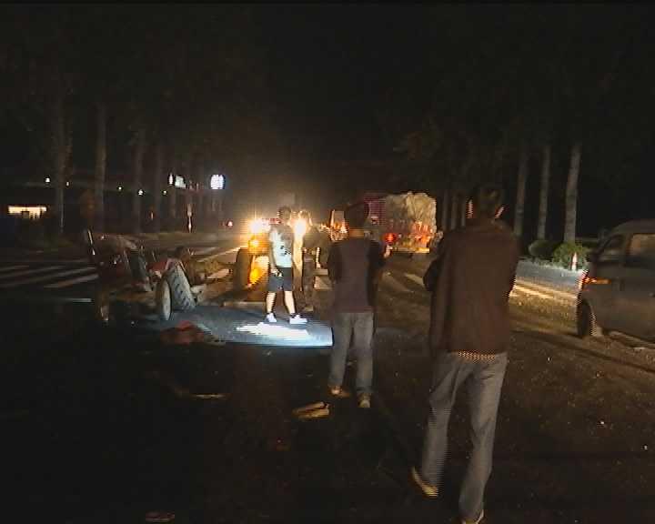 ##:烟台:小卡车撞翻拖拉机 因拖拉机无尾灯(图)