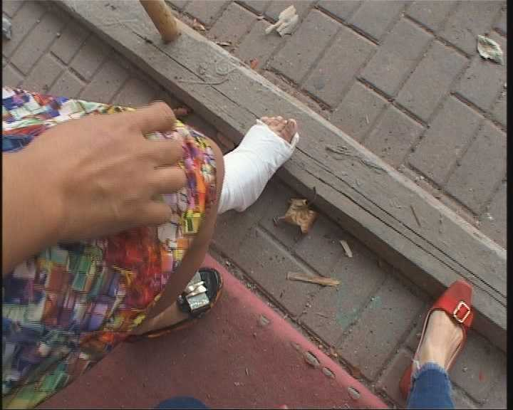 视频踩空架子板崴伤脚施工方:通过声调v视频日女子法律读图片