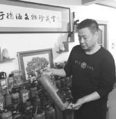 """男子28年收藏百件灭火器""""寿星""""是灭火弹"""