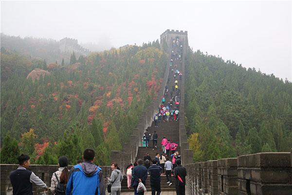 龙口南山景区徒步大赛风雨中无畏前行