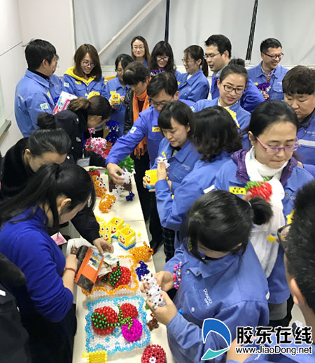 手工艺品义卖环节正式开始,百余件孩子们亲手制作的花瓶,纸巾盒,苹果