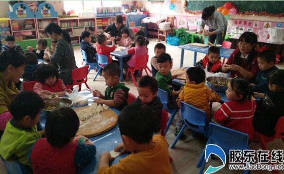 """12月30日,通伸小学幼儿园举行了""""包饺子迎新年""""的亲子活动,,其目的是"""