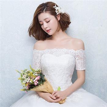 优雅的盘发总是每个新娘都会考虑的发型之一。而韩版的新娘盘发都是以随意自然的感觉博得新娘们的喜爱,简约的盘发将优美靓丽的长发高高束起,额前偏分的刘海蓬松丰盈,再加以两侧的发丝随意搭落都能完美诠释出新娘清新自然的感觉。