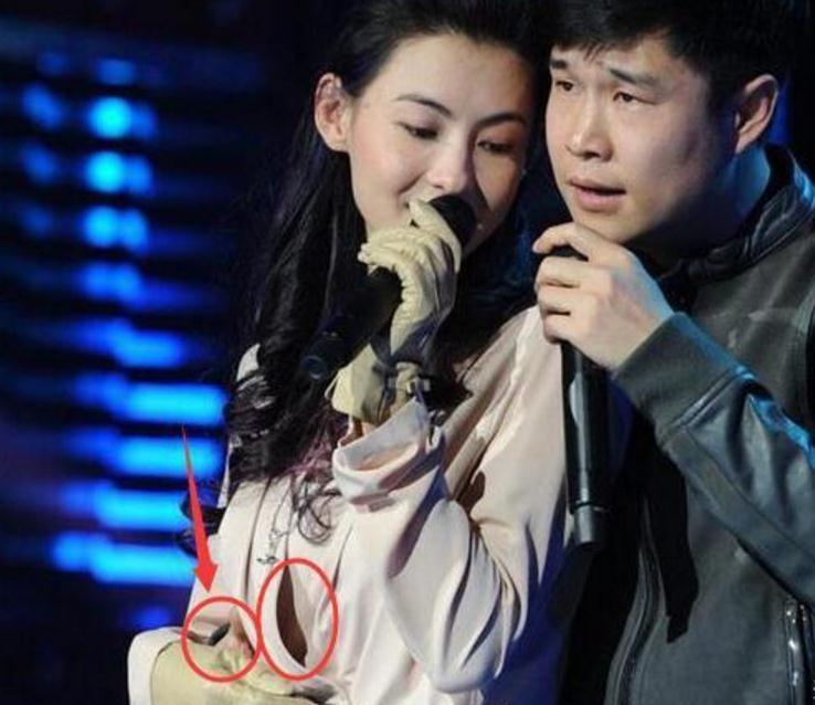 小沈阳搂张柏芝合唱 手放在这个部位有点尴尬