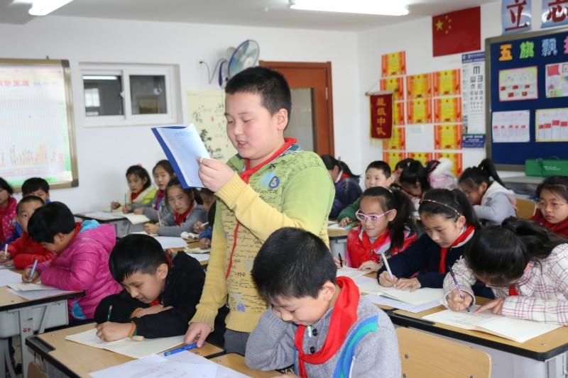 刘丽老师为新石路小学同学进行诗歌创作朗诵培