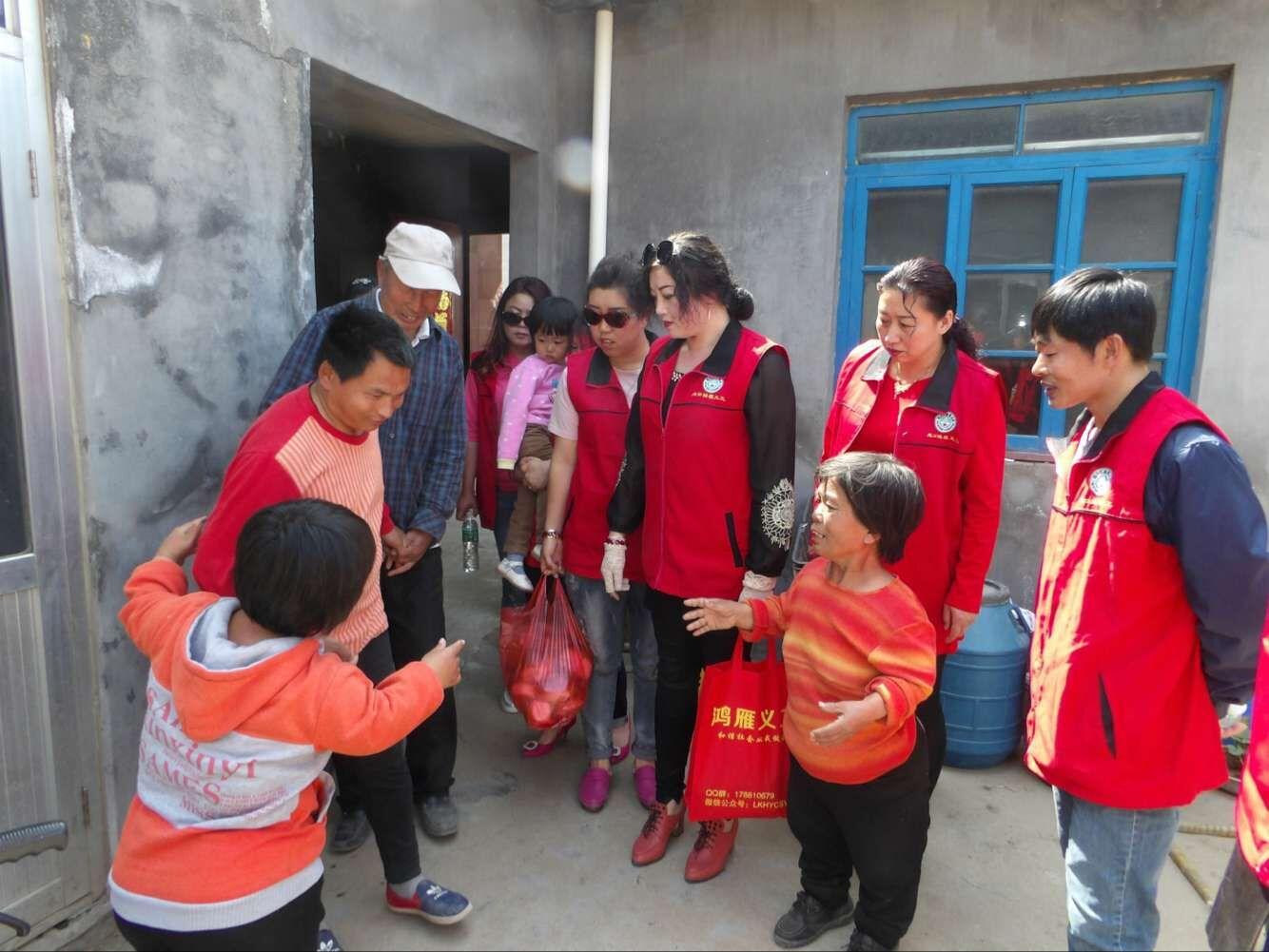 外来妹免费为敬老院老人理发   1997年,张鸿雁从黑龙江省鹤岗市来
