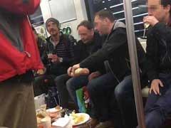 上海:外国人自带桌子酒杯在地铁车厢吃喝(图)