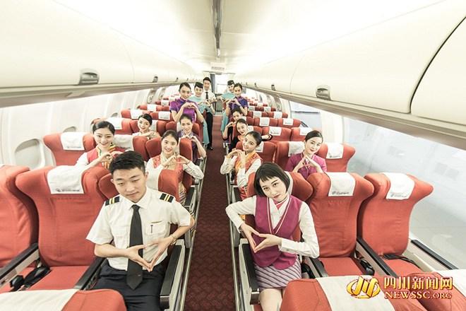 毕业季 制服大片 一张毕业照挤八家空姐图片