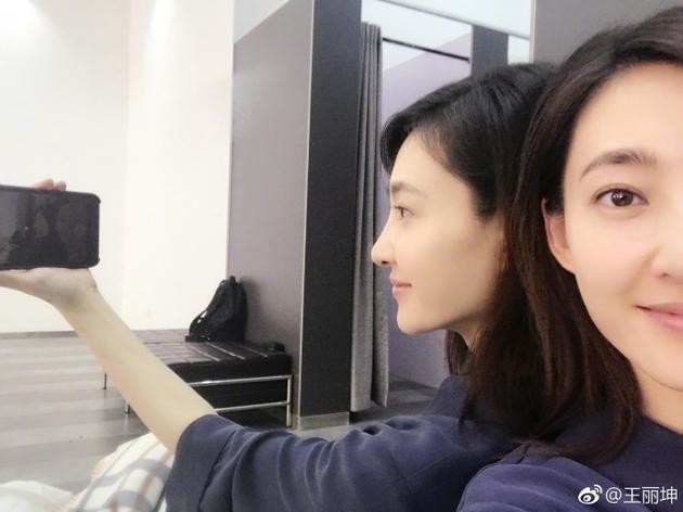 """""""照片中,王丽坤头发随意披散,一脸素颜,皮肤光滑白皙气色好."""