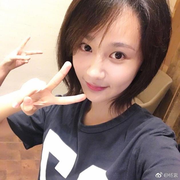 """""""杨紫通过微博晒短发自拍照,并称:""""所以………头发又短了……""""照片中图片"""
