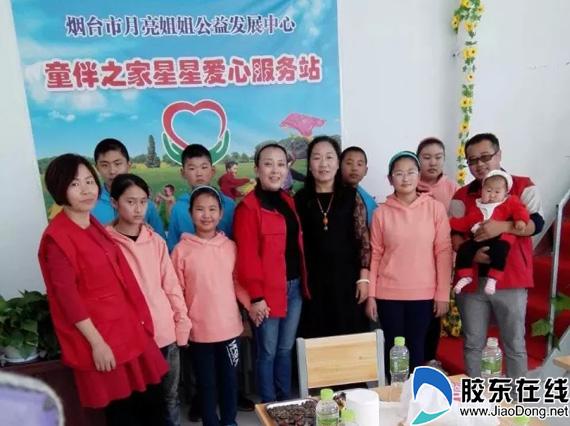 志愿者陪孩子们捏橡皮泥,折纸.孩子们的脸上都洋溢着幸福的笑容.