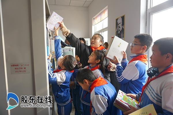 万科工作人员帮孩子们整理图书600