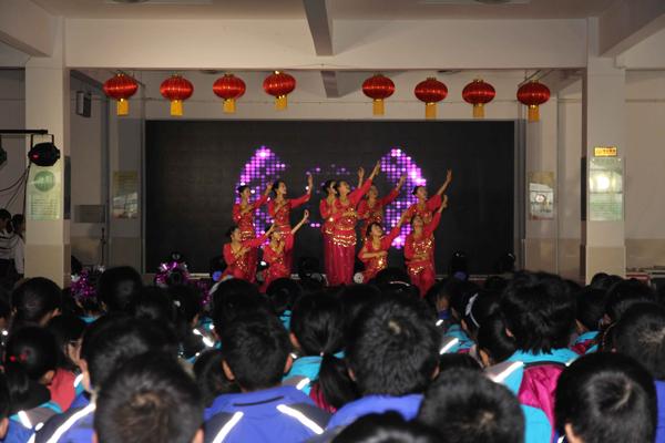 学生表演舞蹈