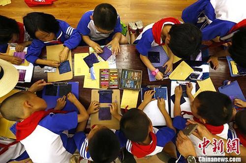 """资料图:儿童粉笔画展,小朋友们现场完成""""航天梦""""粉笔组画。 富田 摄"""