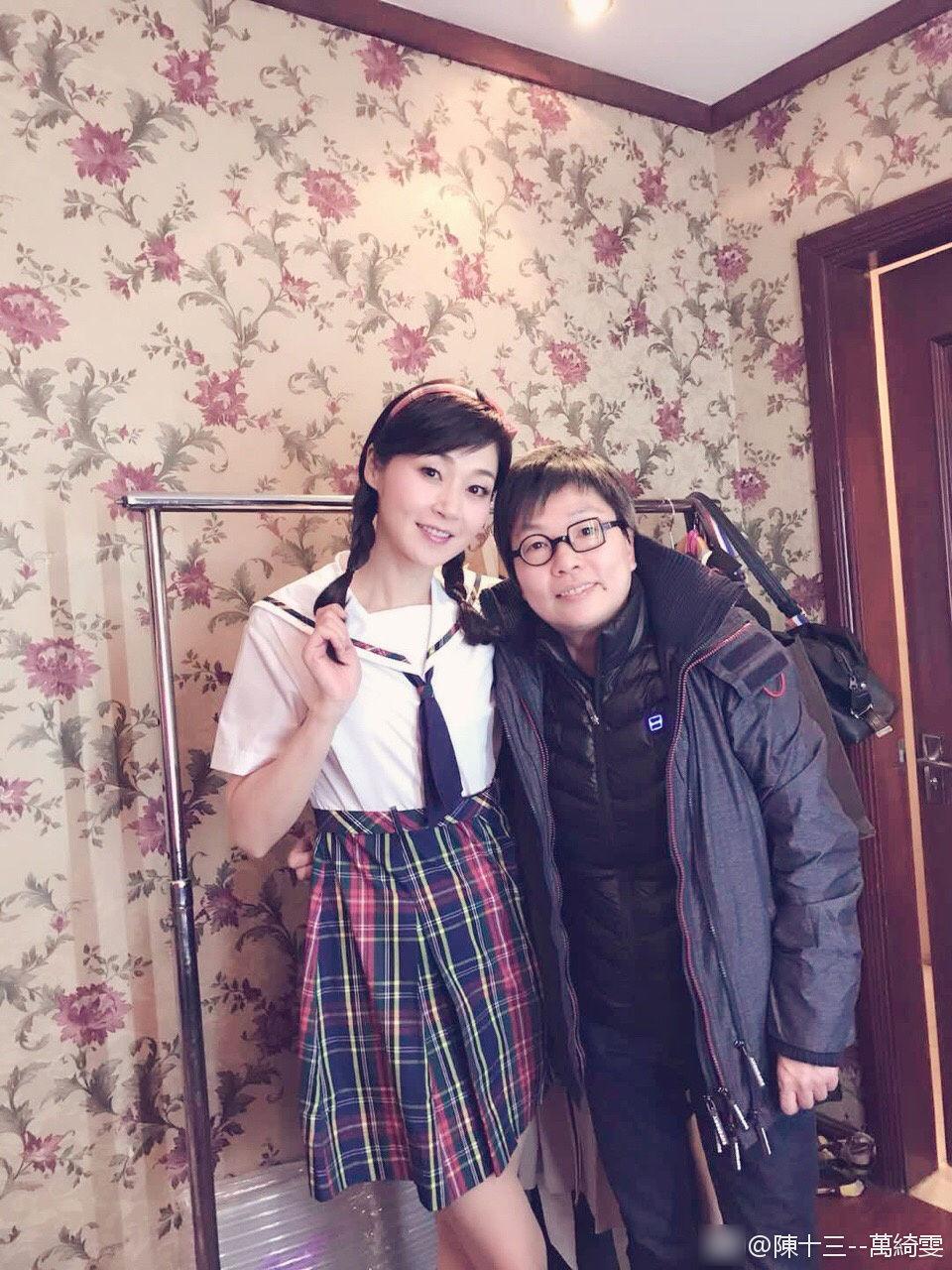 48岁美魔女万绮雯穿上校服 俨然一副少女样