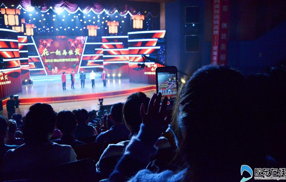 观众举起手机记录感动时刻