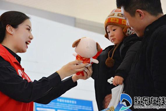 志愿者向乘机儿童赠送小礼物 拷贝