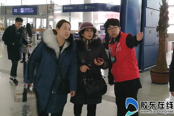 志愿者引导旅客办理乘机手续 拷贝