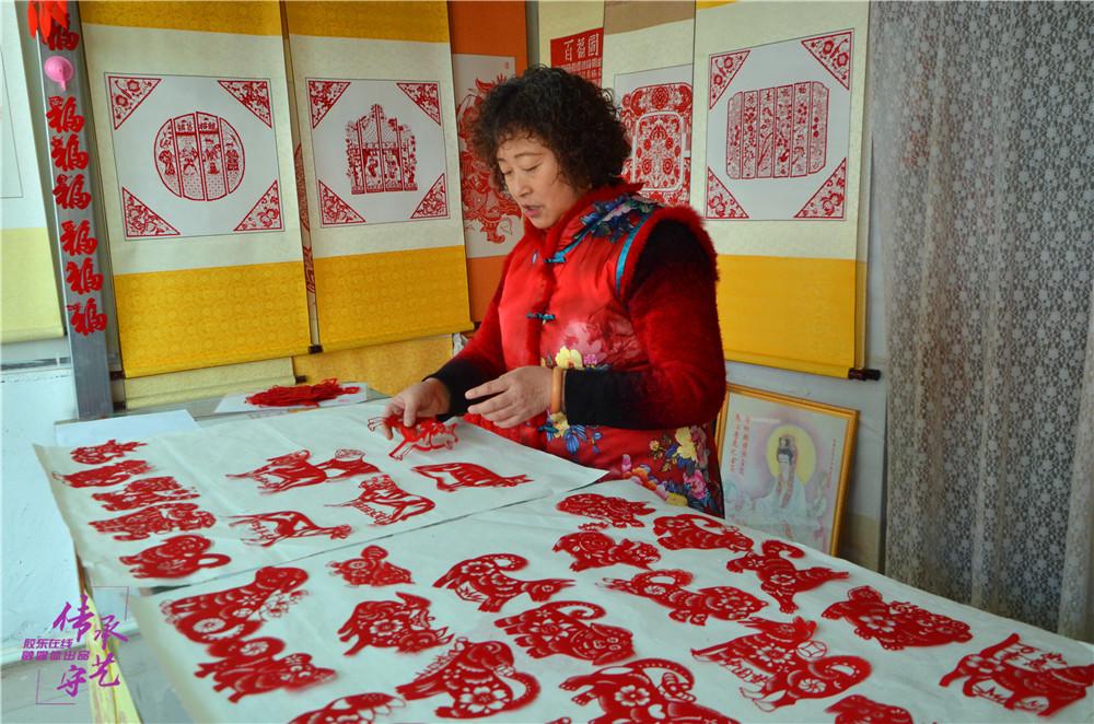 许文华和她的剪纸作品