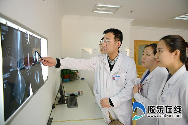 朱世光(右三)与团队分析患者病情
