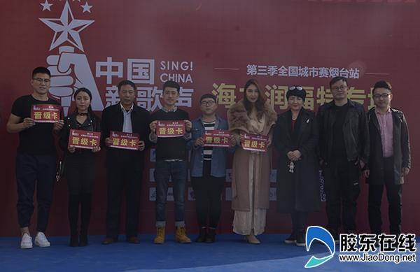 6位晋级选手与评委老师合影