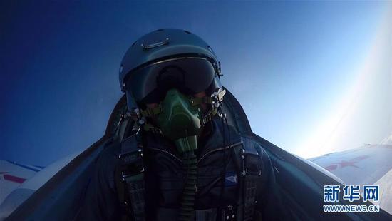 参训教官在空中操纵飞机(视频截图)。新华社发(李明伟摄)   30多年前,针对空军航空兵部队和航校在飞行训练中频发的失速尾旋事故和事故征候,空军组织了防失速尾旋的专项普及训练。空军指挥学院教授王明志介绍,如今,空军再次将失速尾旋训练纳入飞行院校的教学内容,为的是在飞行员培养的基础阶段打牢防失速尾旋事故的安全基础,从战斗力源头开始加强特情处置能力、锤炼过硬心理品质。   我操纵飞机进入失速尾旋状态后,飞机像拧麻花一样急速翻转下坠。这时驾驶舱里的我,就像骑在一头疯狂的野牛身上,剧烈震动,眼前是一片天