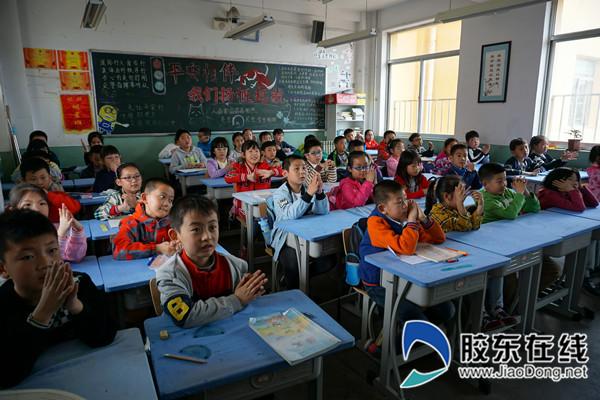 王忠华的演讲多次被孩子们和老师们的掌声打断