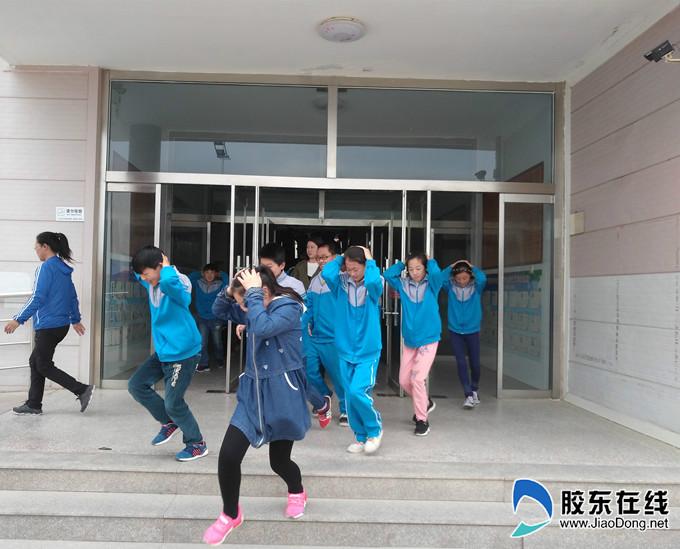 蛇窝泊中心小学举行防震逃生知识教育及演练活动