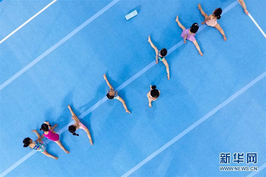 图为小学员们在榕江县少年儿童业余体操运动学校内进行体操训练(5月15日摄)。 新华社记者刘续摄