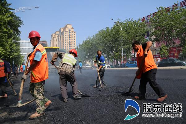 只楚路施工位置处,工人们起垫检查井
