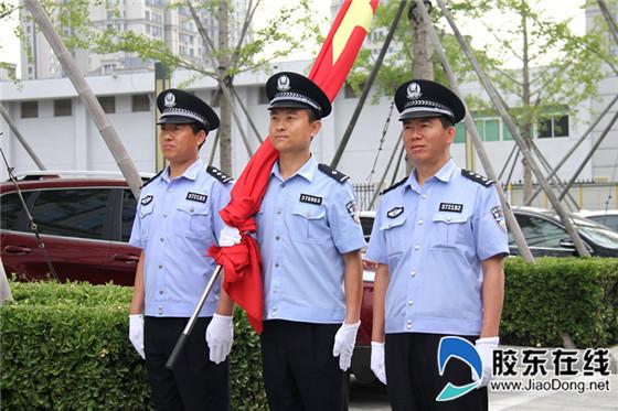 烟台经济技术开发区人民法院全体干警身着2018新式法官制服,矗立在图片