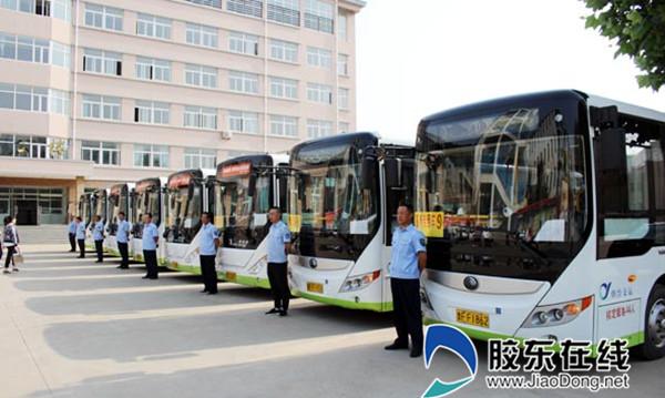 整齐划一的公交车队等候考生上车