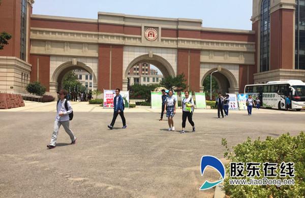 十一点三十分,青华中学考点处考生陆续出场,语文考试正式结束。_副本