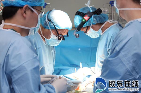 """在第七届""""希望未来,相约助残""""国际慈善公益活动中,中外专家携手为脊柱畸形患儿手术"""