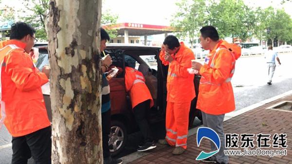 辛苦了四个多小时,防汛队员利用雨停间歇在路边吃上了早饭