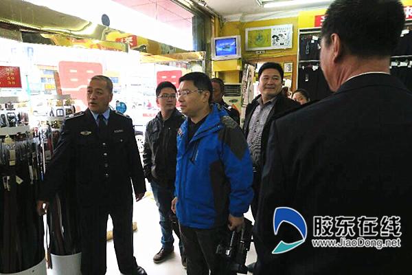 (左一)身着制服的网格员正在巡查_副本