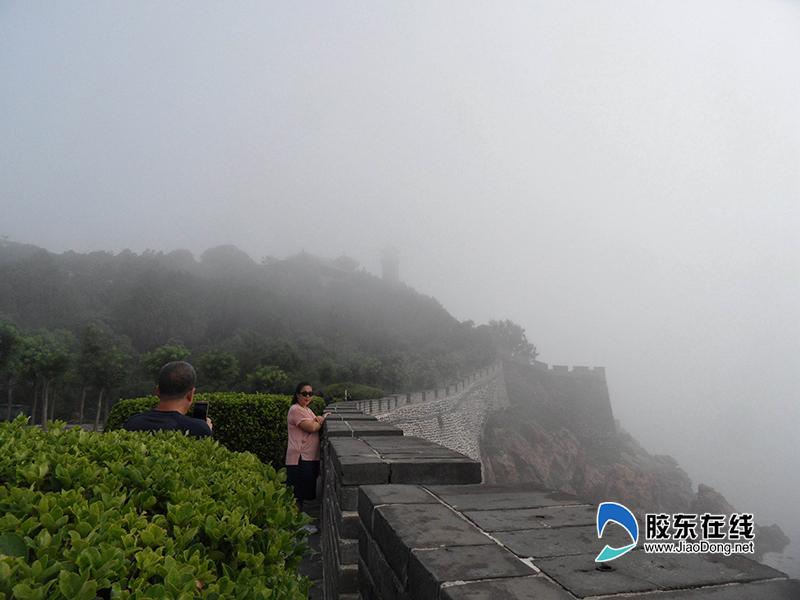 (二)游客在蓬莱阁景区内拍照留念