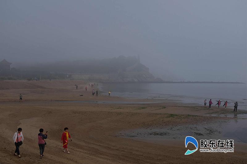 (一)游客在蓬莱阁东侧海滩拍照留念